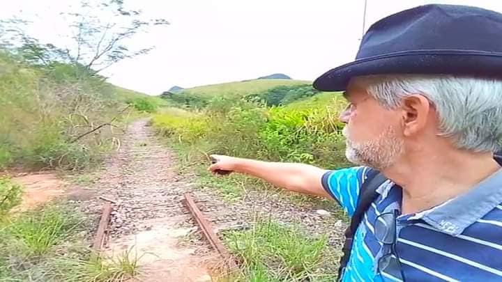 Alex Medeiros mostra o local dos furtos registrados nos trilhos da ferrovia