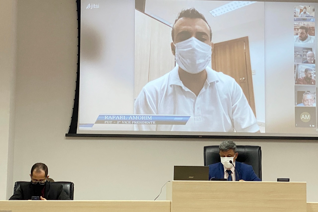 Em sessão híbrida, o vereador e autor do projeto, Rafael Amorim (PDT) explica os funcionamentos da lei