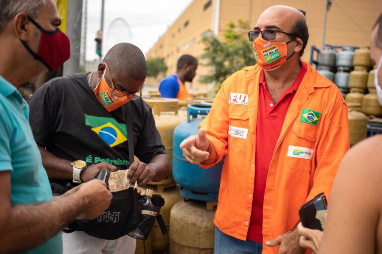 Alessandro Trindade foi demitido por ter sido flagrado distribuindo alimentos em uma área da Petrobras