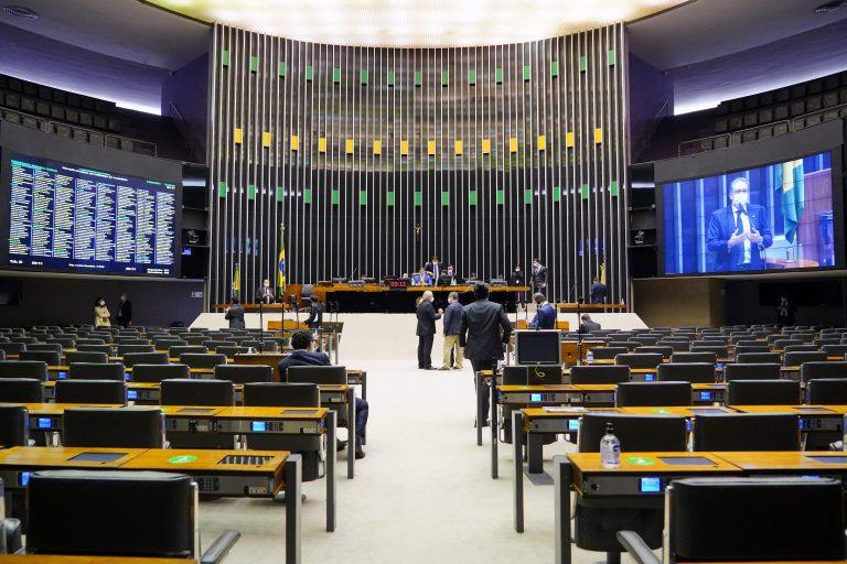 Deputados analisam propostas em Plenário