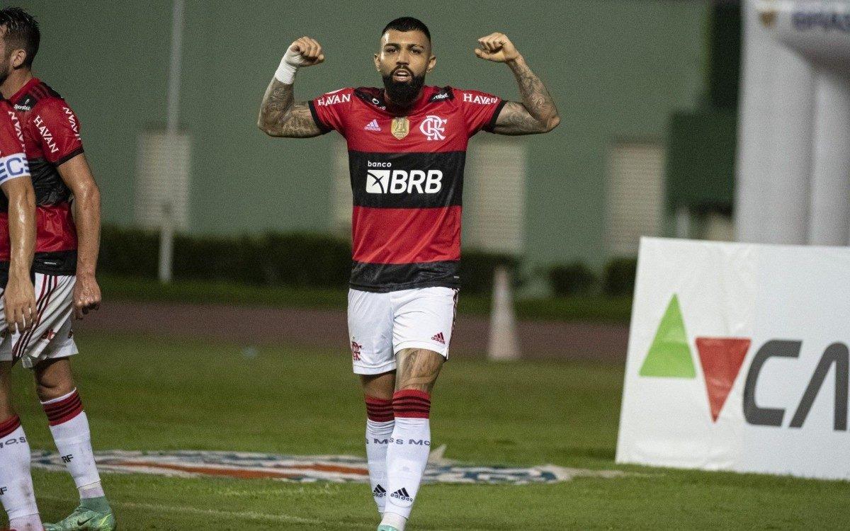 Gabigol comemora um dos seus três gols na partida contra o Bahia