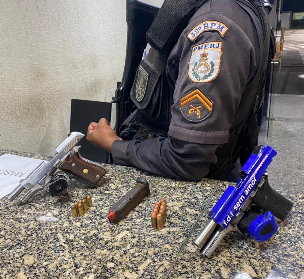 Após a invasão, os policiais apreenderam armas, munições e carregadores