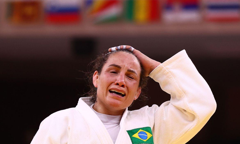 A vitória da russa foi decretada após a brasileira receber um terceiro shido (punição) por falta de combatividade