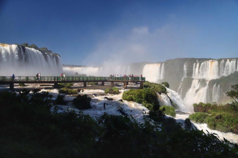 Cataratas do Iguaçu destacam-se entre os destinos turísticos no Brasil