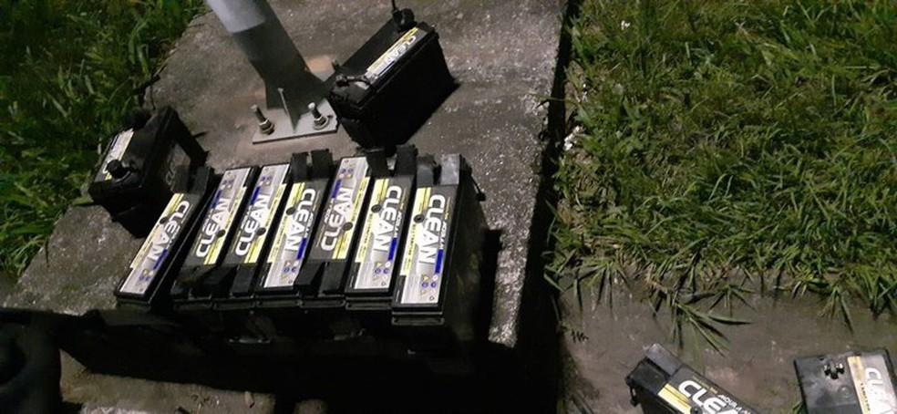 Os policiais recuperaram 16 baterias de uma subestação de empresa de telefonia em Casimiro de Abreu