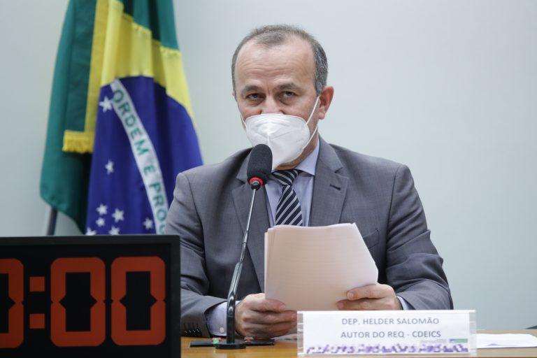 """Helder Salomão: """"Agente ganha em real e paga o combustível em dólar"""" Fonte: Agência Câmara de Notícias"""